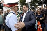 El ex vicepresidente de la Generalitat Oriol Junqueras saluda a un...