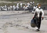 Un grupo de voluntarios trabaja en la playa de Nemiña (Muxía),...