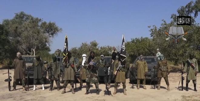 Varios miembro de Boko Haram en un mensaje grabado por la organización terrorista.