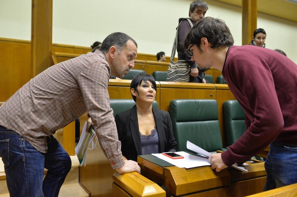 Urruzuno e Iriarte, de EH Bildu, conversan con Martínez, de Podemos.