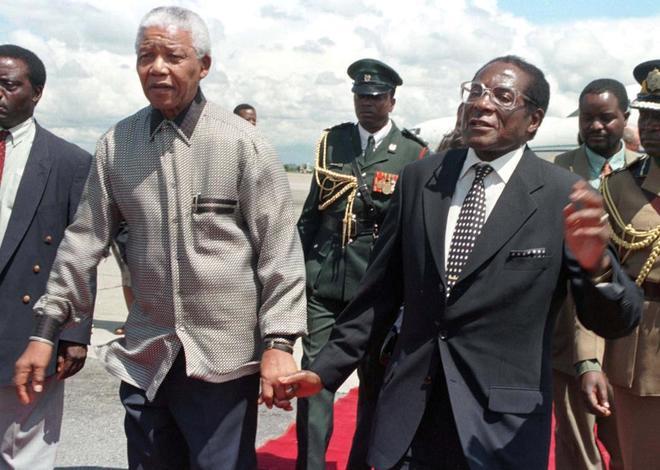El ex presidente de Sudáfrica, Nelson Mnadela, junto al de Zimbabue, Robert Mugabe, en una imagen de 1998.