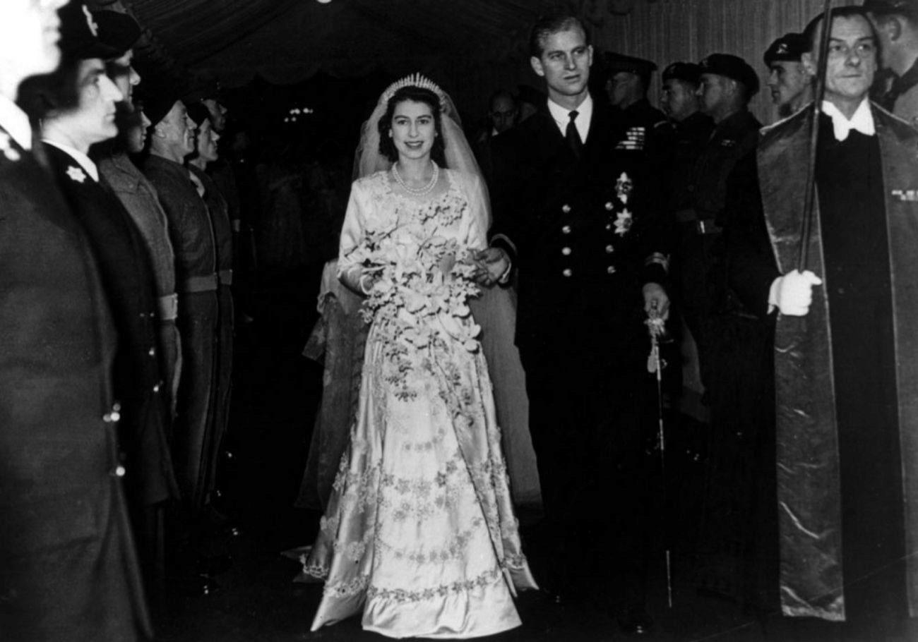 Con tan sólo 13 años, Isabel II se enamoró de Felipe Mountbatten,...
