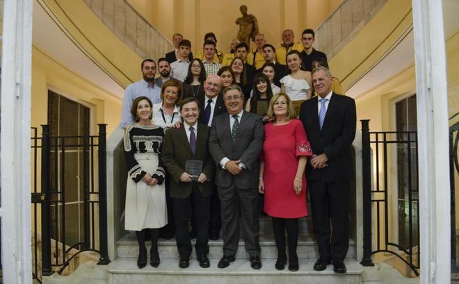 Juan Ignacio Zoido, junto a la presidenta de la Asociación, Ángeles Domíngez, y los galardonados.
