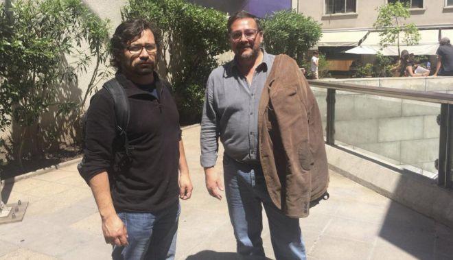 Juan Saravia y Julio Oliva, integrantes de la Comisión Funa, en Santiago de Chile.
