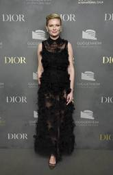 La actriz posó con un vestido negro con transparencias y flores, de...