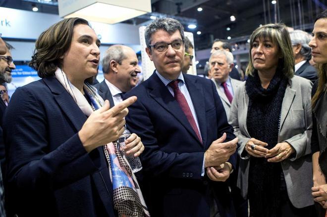 El ministro de Agenda Digital, Álvaro Nadal, con las alcaldesas de Barcelona y L'Hospitalet el pasado martes.