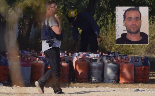 En la imagen de arriba, a la derecha, Abdelbaki es Satty. Al fondo, bombonas requisadas en el chalé de Alcanar en el que los terroristas preparaban explosivos.