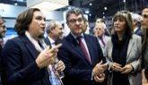 El ministro de Agenda Digital, Álvaro Nadal, con las alcaldesas de...