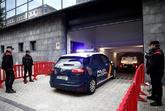 Entrada del furgón con los cinco acusados a dependencias policiales