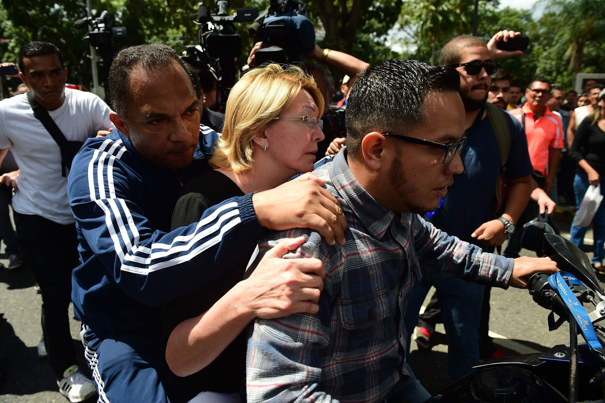 La ex fiscal Luisa Ortega, abandona el edificio de la Fiscalía venezolana en una moto, el pasado mes de agosto.