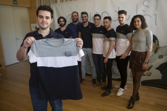 Los responsables de la empresa Wendu muestran la camiseta.