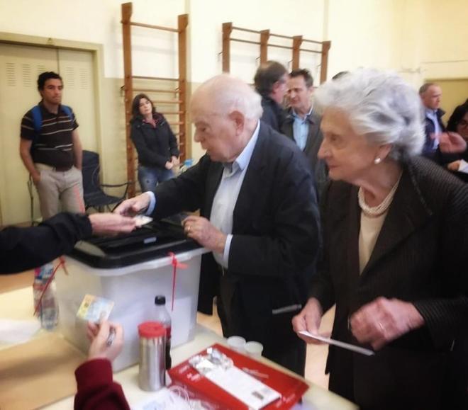 Jordi Pujo y Marta Ferrusola, depositando su voto en el referéndum ilegal del 1-O.