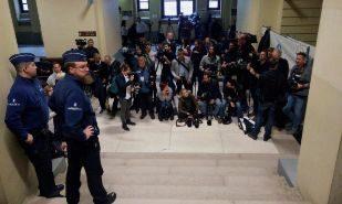 Numerosos periodistas esperan en el Palacio de Justicia de Bruselas.