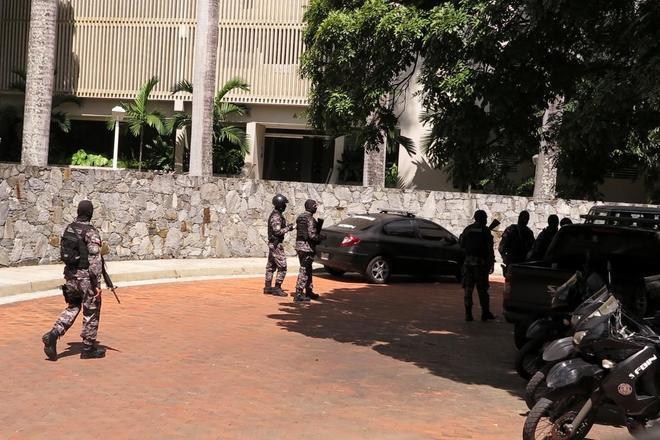 Agentes bolivarianos, a las puertas de la casa en Caracas del opositor huido Ledezma.