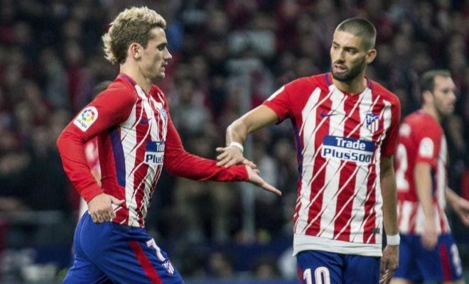 Carrasco saluda a Griezmann en el momento de su cambio por Torres.
