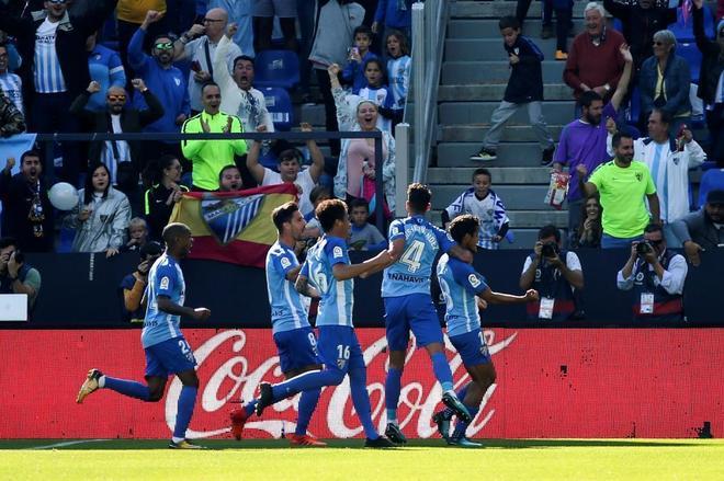 Los jugadores del Málaga celebran el gol marcado por Roberto Rosales.
