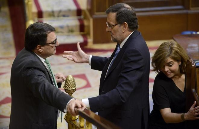 Mariano Rajoy charla con el portavoz del PNV, Aitor Esteban, en el...
