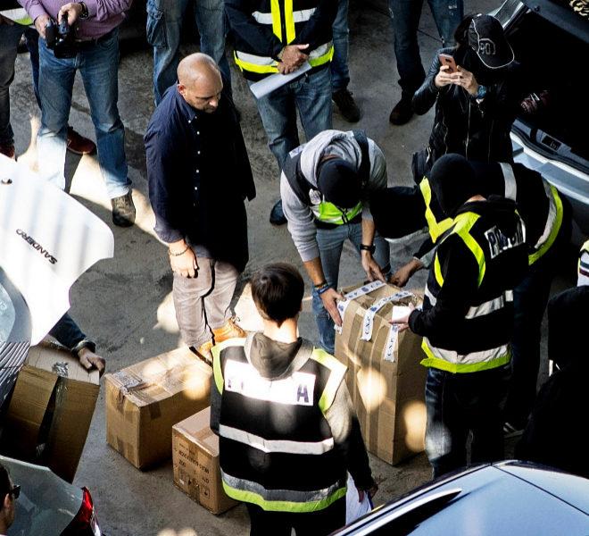 Agentes de la Policía Nacional, el 26 de octubre, tras requisar...