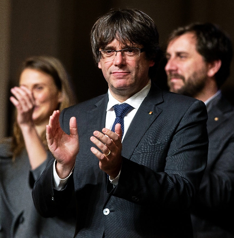 Puigdemont aplaude tras intervenir durante el acto que 200 alcaldes independentistas celebraron en Bruselas el día 7.