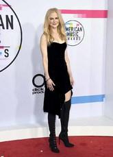 La actriz apostó por un 'look' roquero con vestido asimétrico de...