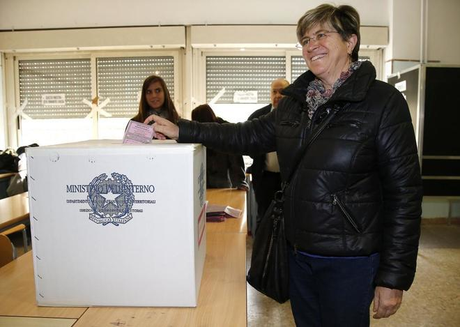 La vencedora del M5E, Giuliana Di Pillo, vota el 19 de noviembre en Ostia (Italia).