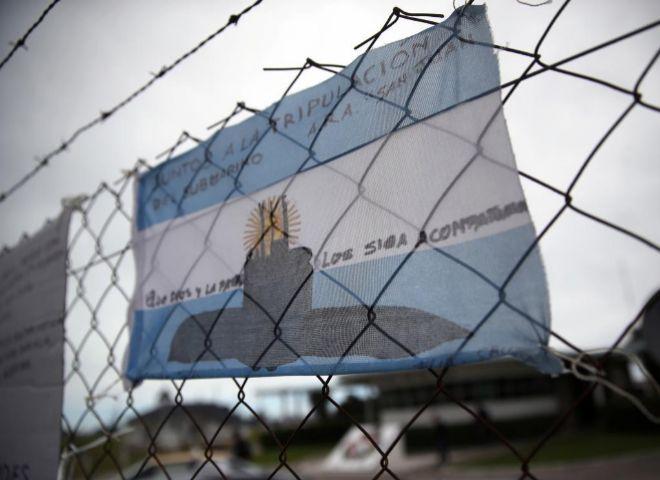 Una bandera argentina con mensaje de apoyo a los tripulantes del submarino desaparecido.