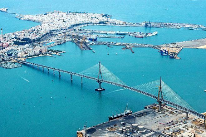 Vista aérea del puente sobre la bahía de Cádiz.