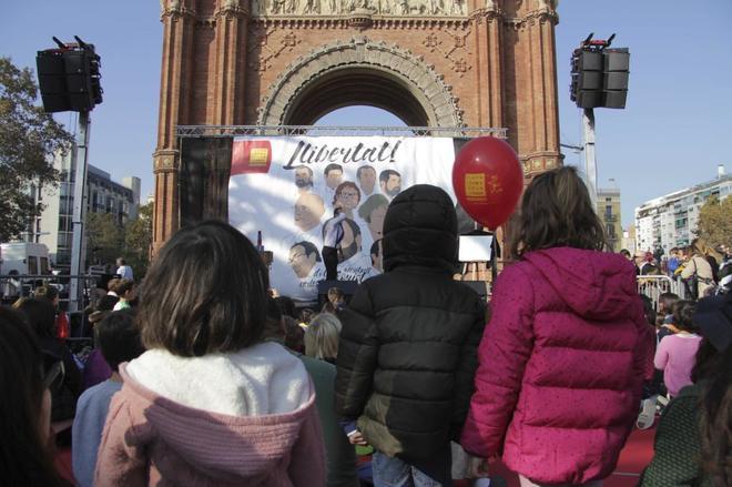 Fiesta de los niños catalanes en el Arco del Triunfo