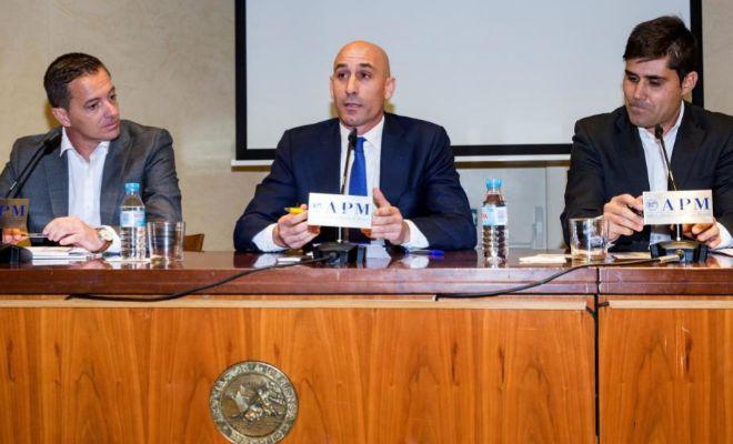 Luis Rubiales, junto a Jesús Alberto Díaz (izda.) y David Aganzo, el lunes en Madrid.