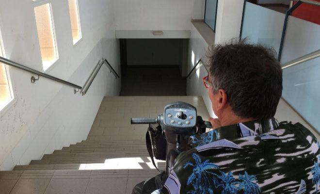 Un discapacitado, ante las dificultades de una estación de tren castellonense.