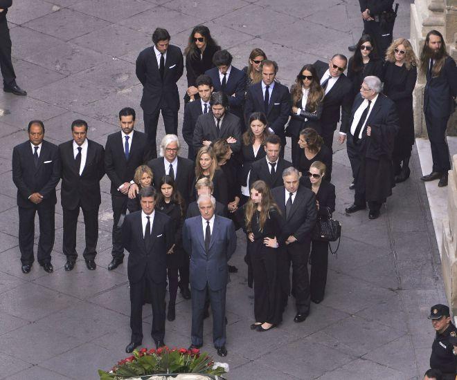 La familia Alba reunida el día de su funeral