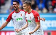 Rami Khedira (izquierda) celebra un gol con el Augsburg.