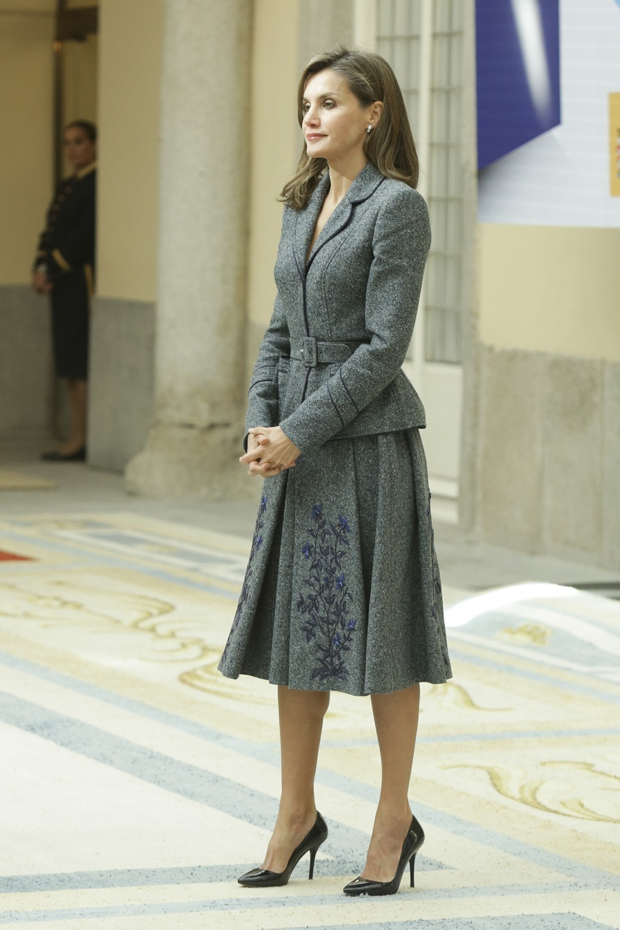 Letizia con traje de chaqueta con la cintura marcada y falda midi de...