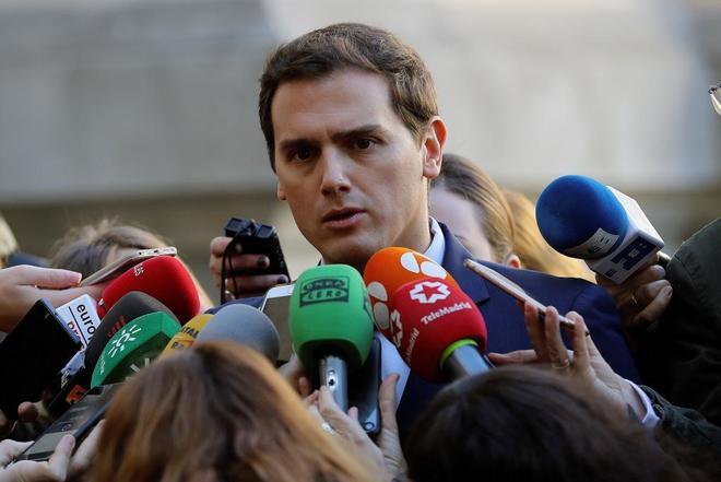 El líder de Ciudadanos responde a las preguntas de los periodistas...