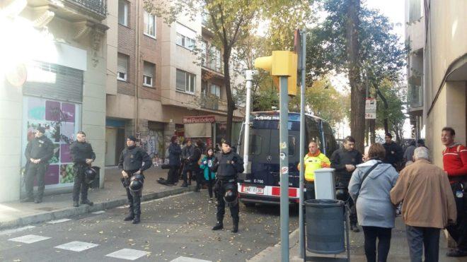 Los mossos desalojan la oficina bancaria okupada por el for Oficinas bancarias abiertas por la tarde