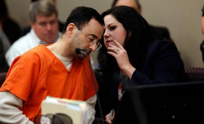Nassar, con su abogada, Shannon Smith en el tribunal de Lansing.