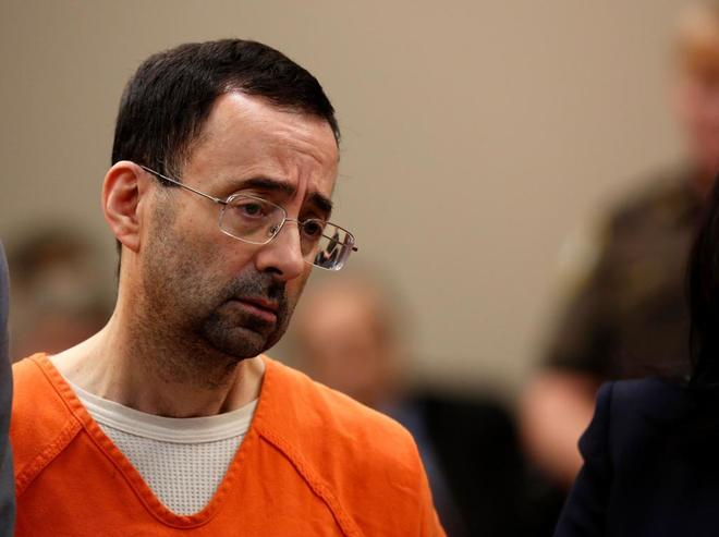 Larry Nassar comparece ante la juez en el tribunal de Lansing.