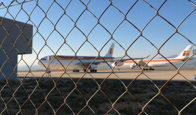 Los dos aviones Airbus 340-300 de Iberia estacionados para su desensamblaje en el aeropuerto.