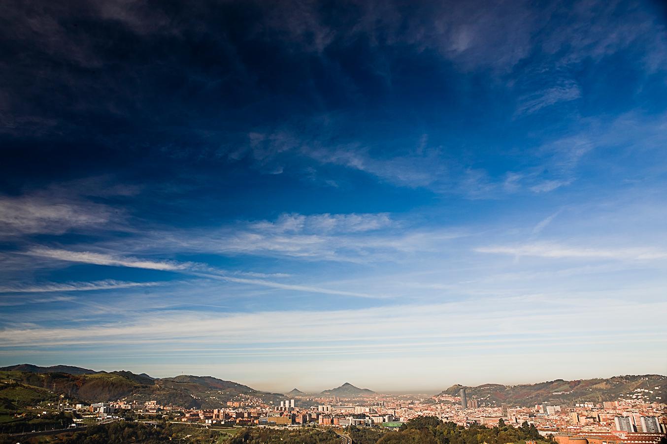 """Vista panorámica de Bilbao, que ha puesto a sus pies a toda Europa tras conseguir recientemente el premio a la <strong> Mejor Ciudad Europea 2018</strong>, un galardón que otorga anualmente la organización internacional <a href=""""https://www.academyofurbanism.org.uk/"""" target=""""_blank"""">The Academy of Urbanism</a>."""