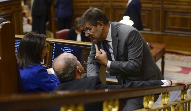 El ministro de Justicia, Rafael Catalá, charla con la portavoz...