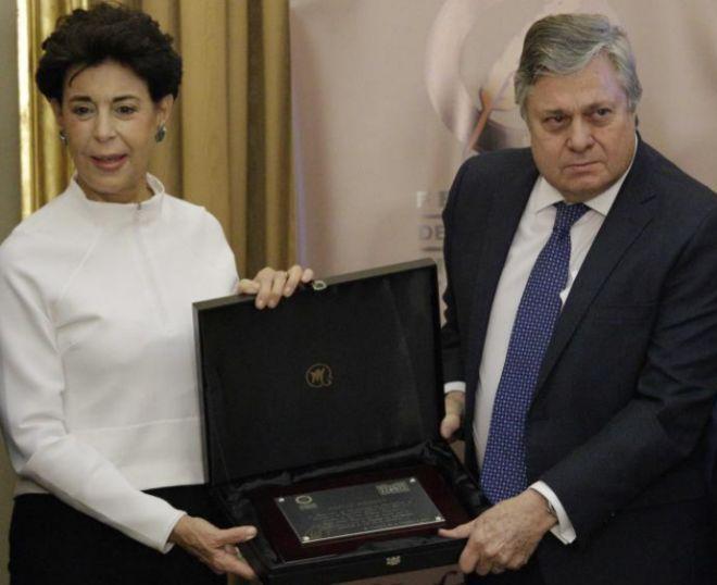 Los padres del preso político venezolano Leopoldo López recogen el premio, hoy, en Madrid. OLMO CALVO