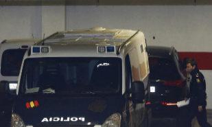 El furgón que traslada a los cinco acusados de la presunta violación...