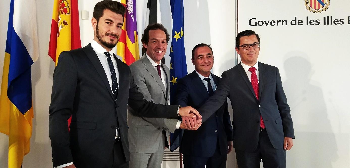 Néstor García (Ceuta), Marc Pons (Baleares), Javier Mateo (Melilla) y Pablo Rodríguez (Canarias), ayer tras la cumbre.