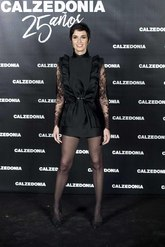 La actriz apostó por un 'total look' en negro, con encaje en las...