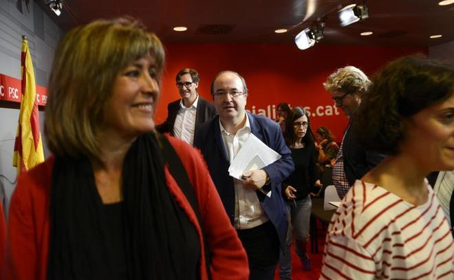 La alcaldesa de L'Hospitalet de Llobregat y miembro de la ejecutiva del PSOE, Núria Marín, junto al líder del PSC, Miguel Iceta, en la reunión de la ejecutiva de su partido del mes de octubre