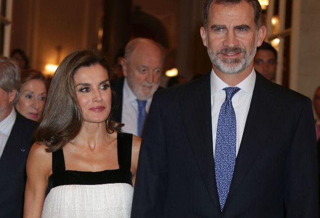Los Reyes Letizia y Felipe, llegando a los premios Francisco Cerecedo de Periodismo.