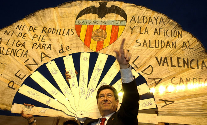 El ex presidente del Valencia, Jaime Ortí, luce el abanico de Aldaia tras conquistar el título de Liga en 2004.