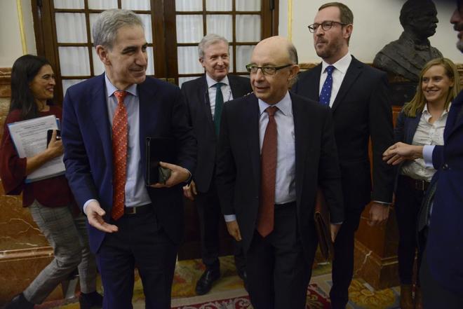 El ministro de Hacienda, Cristóbal Montoro, junto a miembros del PP...