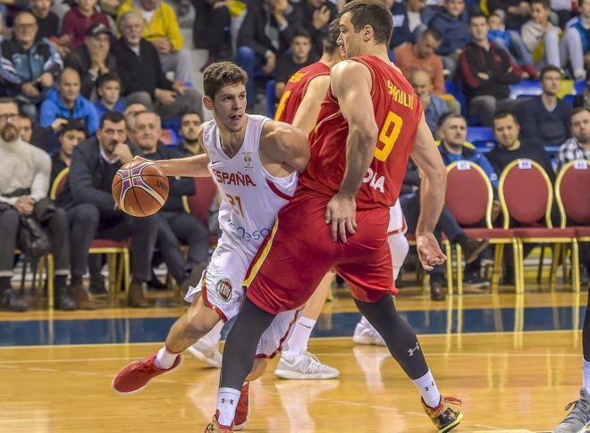 Paulí penetra ante Sekulic, en el partido disputado en Montenegro.