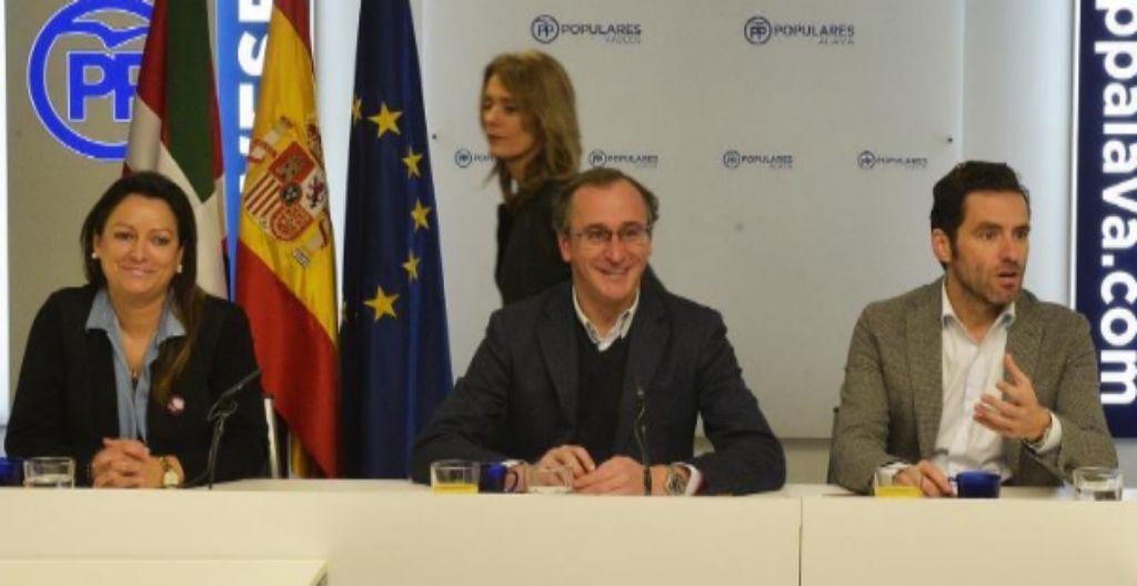 Alfonso Alonso junto a Ana Salazar, Borja Sémper y, de pie, Ana Morales en la sede del PP vasco en Vitoria.